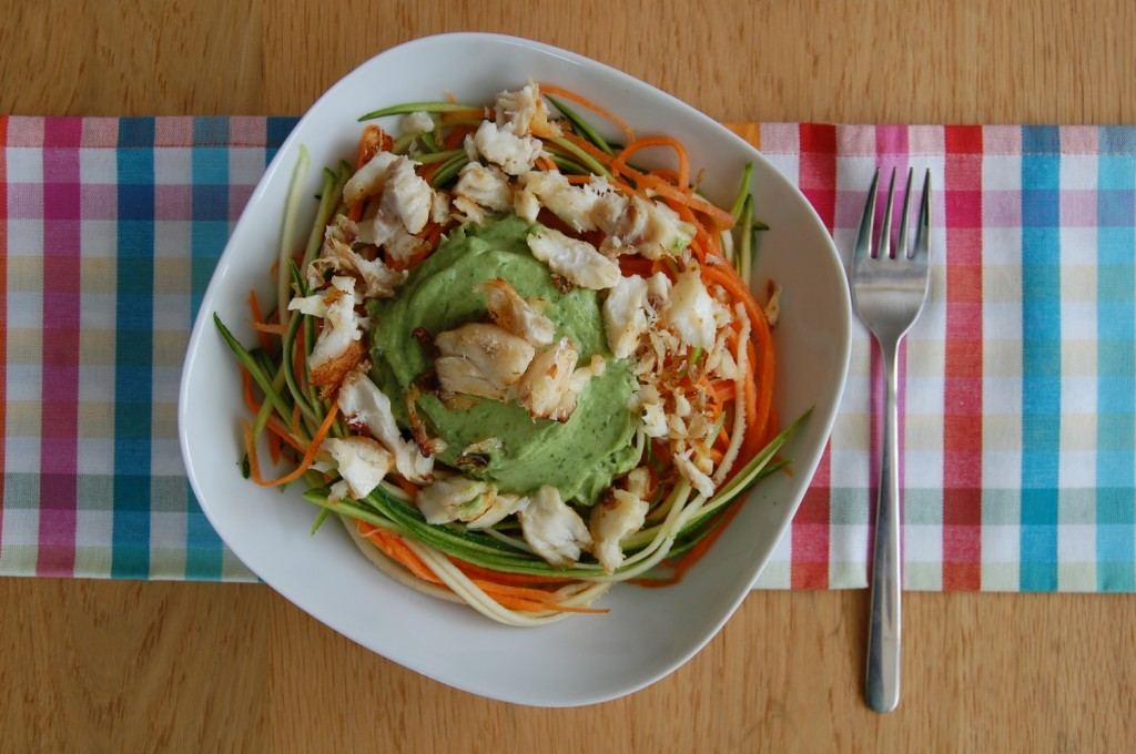 courgette-wortelpasta met kabeljauw en avocadodressing