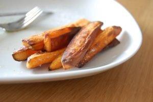 Knapperige zoete aardappelfrietjes