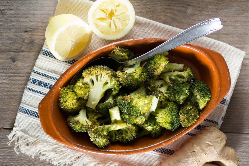 Geroosterde broccoli met citroen en gember