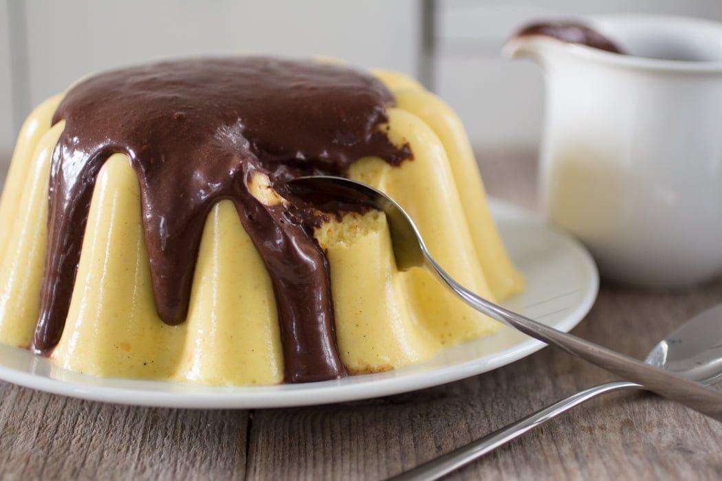 Mangopudding met chocolade gembersaus
