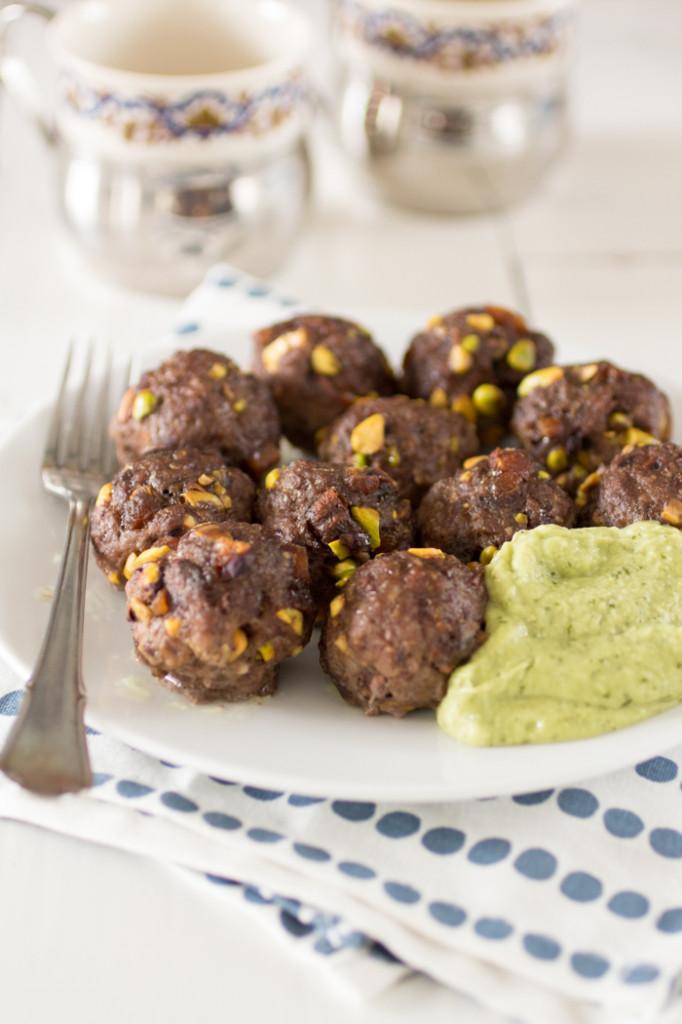 Gehaktballen met pistachenoten en avocadodip