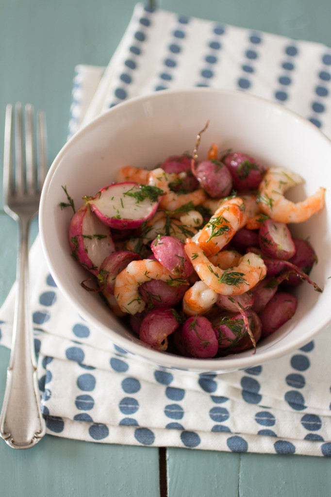 Salade van geroosterde radijs en garnalen