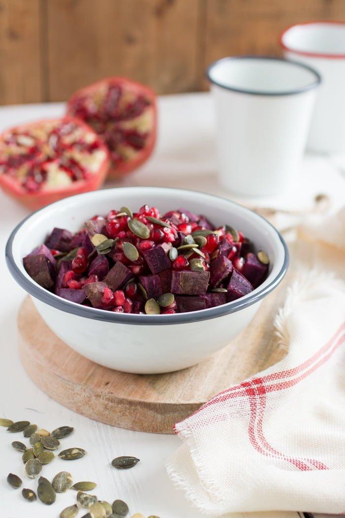 Zoete aardappelsalade met granaatappel