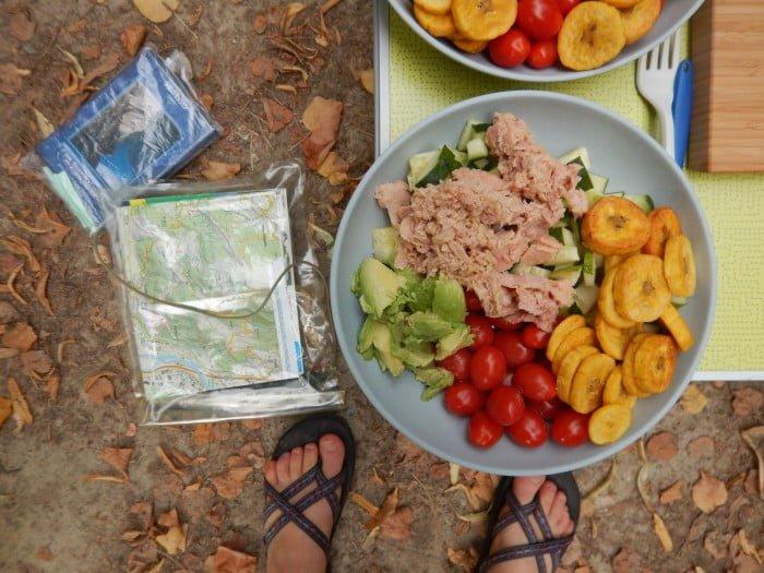 Flinke salade met komkommer, bakbanaan, tomaat, tonijn en avocado.