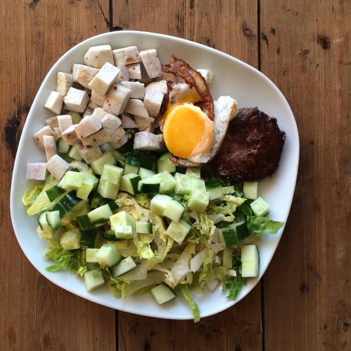 Lekkere paleo salade met hamburger en gebakken ei