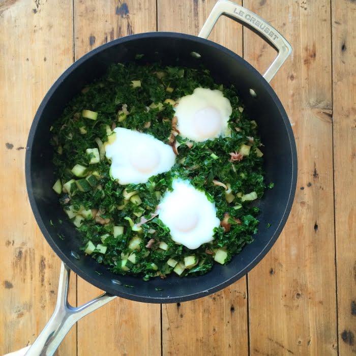 Eieren in een nest, met boerenkool