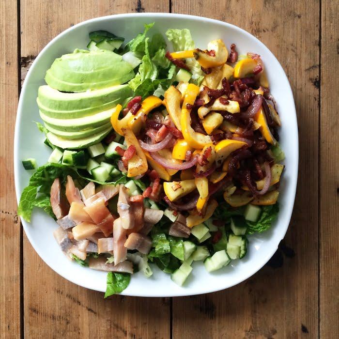 Een echte geniet-salade met haring, avocado en nog veel meer