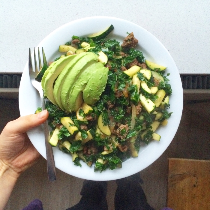 Snelle Paleo maaltijd met courgette, gehakt en avocado