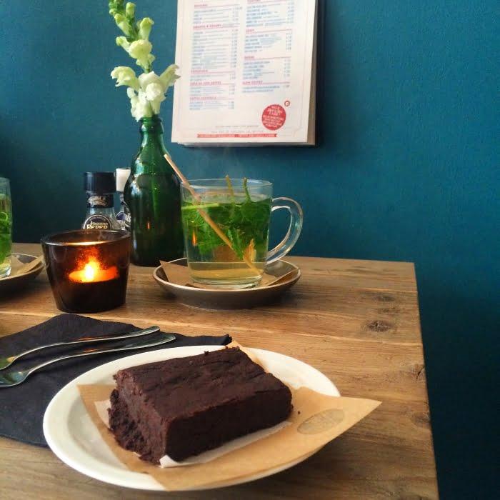 Een glutenvrije brownie eten bij Locals in Tilburg
