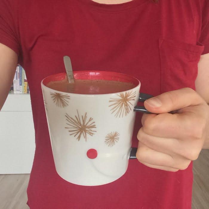 Romige chocolade thee met ghee, een heerlijk ontbijt