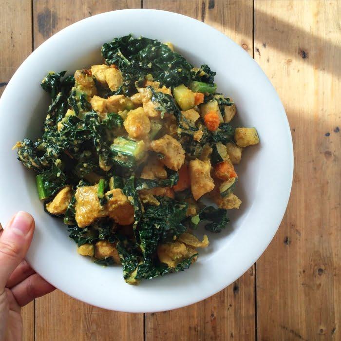 Snelle kipcurry met veel groenten