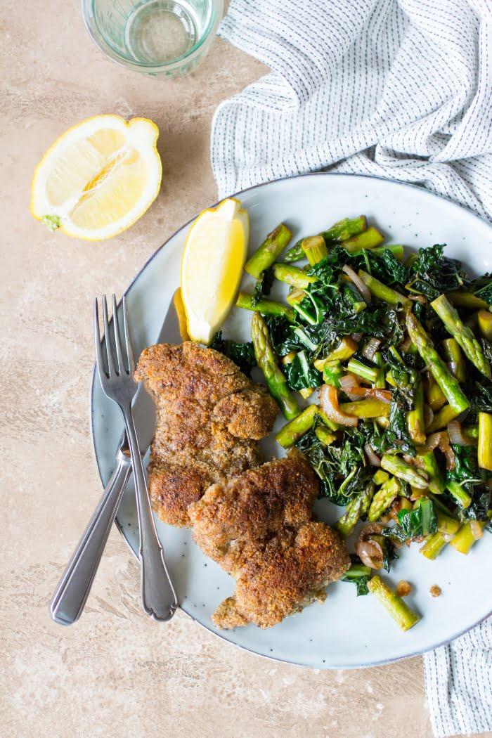 Gepaneerde kip met groene groenten